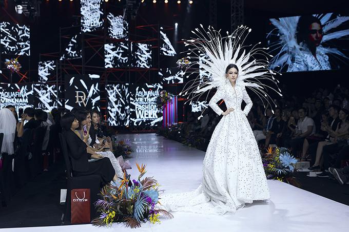 Trương Hồ Phương Nga gây bất ngờ khi xuất hiện trên sàn diễn ở đêm diễn thứ 3 của Tuần lễ Thời trang Quốc tế Việt Nam 2019.