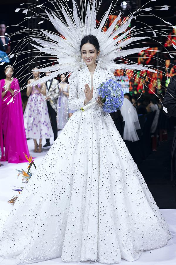 Theo nhà mốt Việt, trang phục mang thông điệ,khi vượt qua khó khăn, cuộc đời luôn tươi sáng, tốt đẹp hơn. Hãy luôn nhìn về phía trước và đấu tranh đến cùng cho lẽ phải.