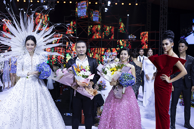 Trương Hồ Phương Nga( váy trắng), nhà thiết kế Đức Vince (vest đen), Mai Phương (váy hồng), Võ Hoàng Yến (váy đỏ).