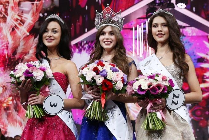 Chung kết Hoa hậu Nga 2019 vừa kết thúc vào sáng 14/4 (giờ Việt Nam). Kết quả người đẹp Alina Sanko (giữa) giành vương miện. Ngôi vị Á hậu 1 và 2 lần lượt thuộc về Arina Verina (trái) và Ralina Arabova.