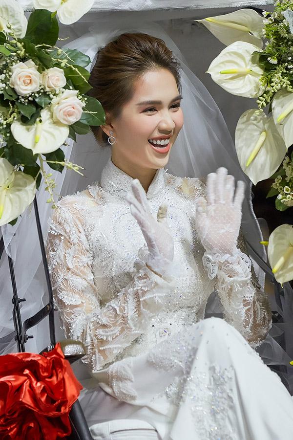 Cô tươi cười vẫn chào khán giả và được mọi người vỗ tay, ủng hộ nhiệt tình.