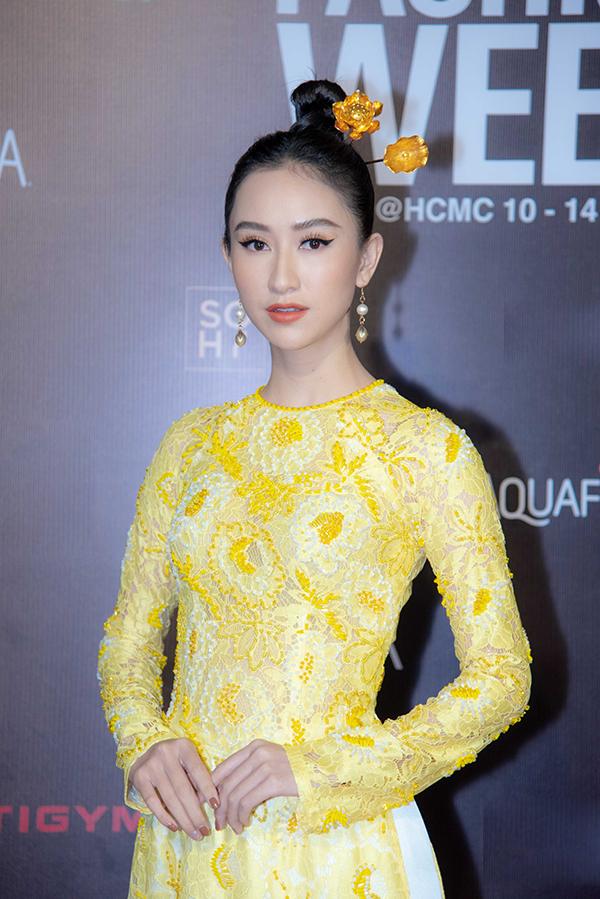 Hà Thu rực rỡ cùng áo dài mùa hè thiết kế trên chất liệu vải ren đi kèm hoạ tiết hoa vàng.