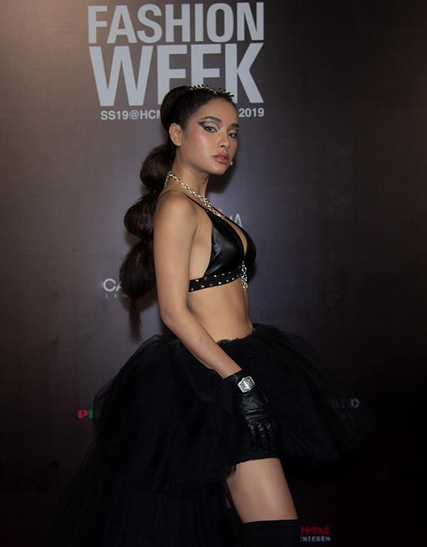 Người đẹp diện áo bra, chân váy vải tuyn và mix-match các phụ kiện tiệp tông đen để giúp mình ấn tượng trên thảm đỏ thời trang.
