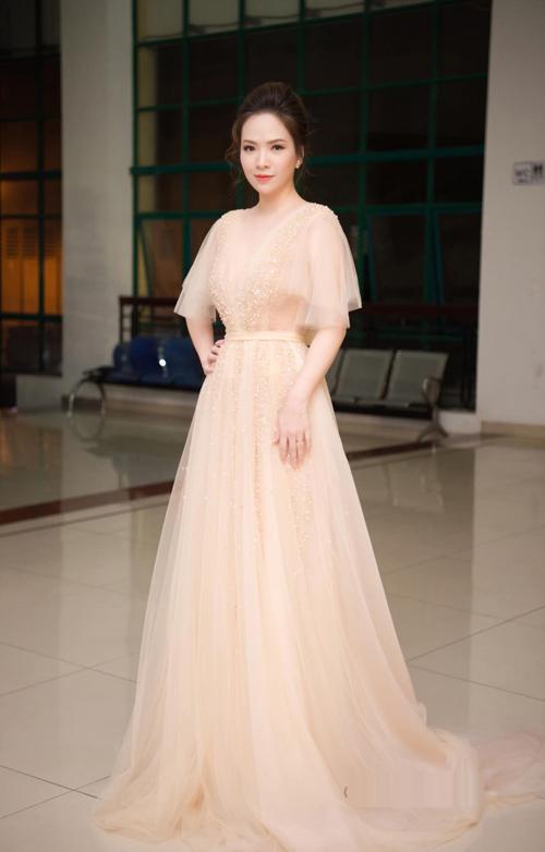 Chiếc váy đính 15.000 viên pha lê và đá màu, là dòng váy cao cấp bậc nhất mà NTK Phương Linh thực hiện. Chất liệu nhập Pháp đem lại sự mềm mại và cảm giác thoải mái cho người mặc. Bởi vậy, dù cô dâu có phải di chuyển nhiều trong buổi tiệc vẫn thấy mát mẻ, dễ chịu.