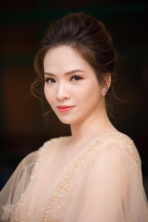 Cùng với đó, cô dâu cũng nên chọn một phong cách trang điểm kiểu Hàn Quốctone cam hoặc cam đỏ giống MC Đan Lê và mái tóc búi dịu dàng.