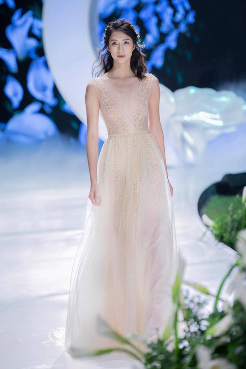 Bản gốc của chiếc váy mà MC Đan Lê lựa chọn.
