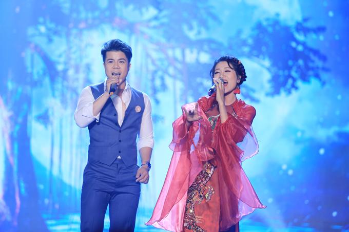 Ca sĩ Đinh Mạnh Ninh (trái) cũng làm khách mời trong đêm chung kết xếp hạng Sao Mai 2019.