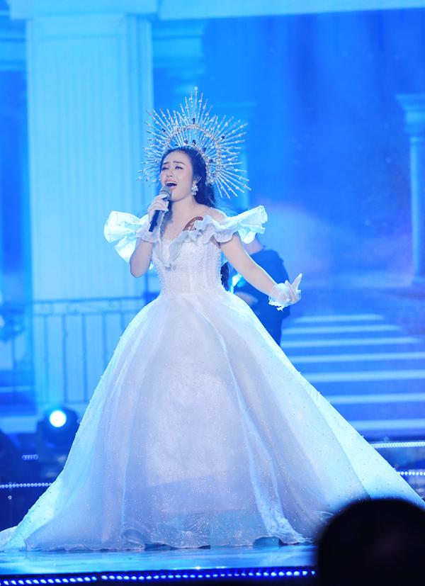Trong đêm thi, cô thể hiện ca khúc nhạc nước ngoài lời Việt Em nhớ chàng.