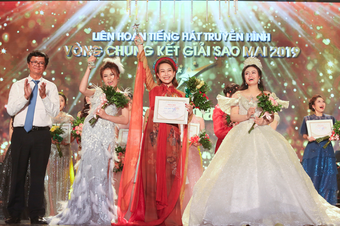 Ngoài em gái Lương Nguyệt Anh, chung kết xếp hạng Sao Mai 2019 còn trao giải Quán quân cho Quách Mai Thy (áo dài đỏ) ở dòng dân gian và Trương Thuỳ Dương (thứ hai từ trái sang) ở dòng nhạc nhẹ. Cả ba đều rưng rưng trong giây phút chiến thắng.