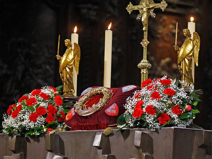 Nhà thờ Đức Bà Paris,được xây trong 182 năm củathế kỷ 12 và 13, là nơicất giữ nhiều báu vật linh thiêng củaThiên Chúa giáo. Mão gai được cho đã đội đầu Chúa Jesus lúc hành hình được cất giữ cuốinhà thờ vàkhông cho khách tham quan. Ảnh:AP.
