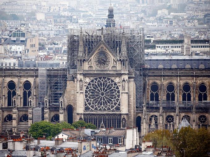 Cấu trúc chính Nhà thờ Đức Bà Paris được bảo vệ sau khi tháp chuông cao nhất đổ sập và phần lớn mái bị thiêu rụi. Ảnh:Chesnot.