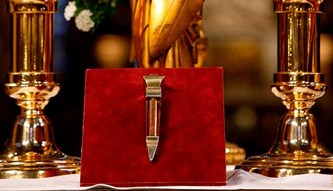 Một chiếc Đinh Thánh được tin rằngđóng Chúa Jesus lên Thánh giá, và một mảnh cây Thánhgiá đó, cũng thuộckho tàng nhà thờ. Ảnh:Godong.