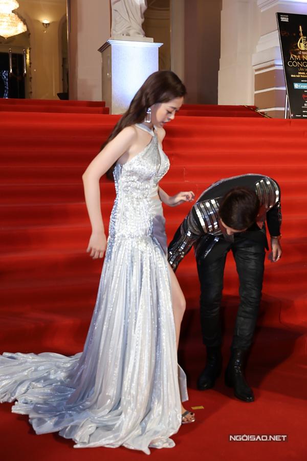 Á hậu Phương Nga được bạn trai Bình An chỉnh váy trên thảm đỏ - 1