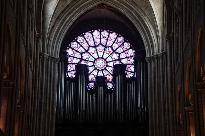 Nhà thờ Đức Bà Parisnổi tiếng thế giới với hệ thống cửa sổ kính màu rộng lớnđặc trưng cho kiến trúc Gothic(cửa sổ hoa hồng). Ba ô nằm ba mặt nhà thờ ra đờinăm 1260.  Theo báo cáohiện trường, phần kínhphía trên bị nung chảy trong đám cháy. Ảnh: AFP.