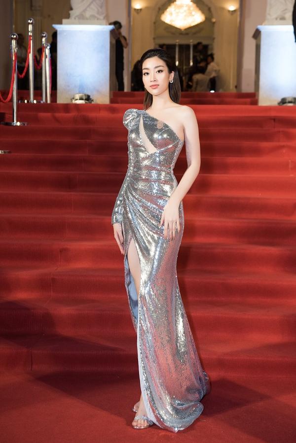 Á hậu Phương Nga được bạn trai Bình An chỉnh váy trên thảm đỏ - 2