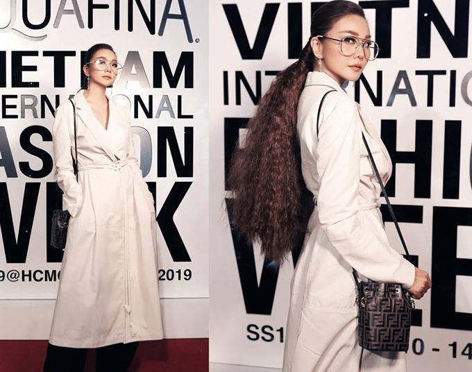 Trang phục lấy cảm hứng từ cánh buồm vừa ra mắt của Lâm Gia Khang được Thanh Hằng phối hợp hài hòa cùng kính hot trend, túi Fendi sang chảnh.