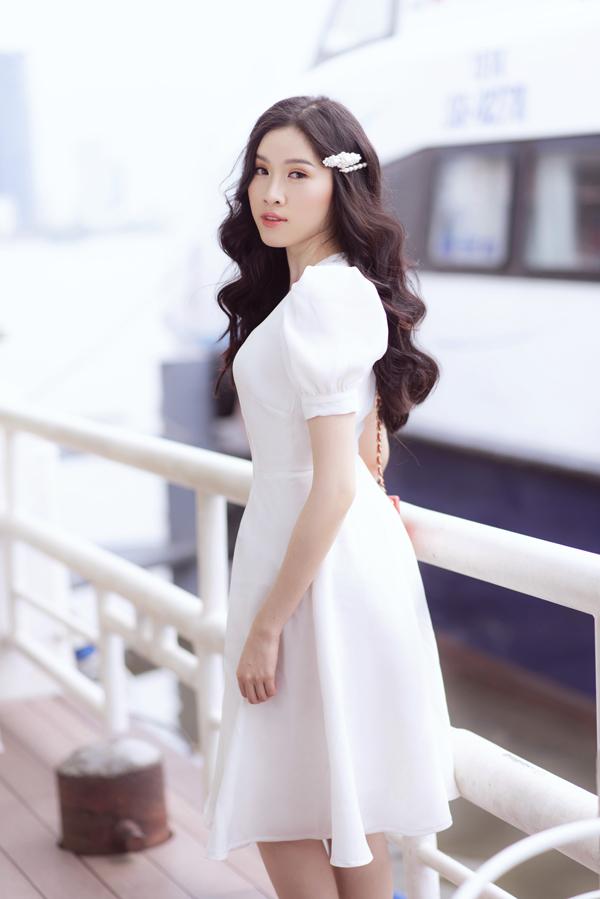 Váy trắng cài nút và trang trí tay bồng ảnh hưởng phong cách cổ điển là xu hướng được nhiều bạn gái yêu thích. Ở mùa hè năm nay, chúng tiếp tục được nhiều thương hiệu đưa vào bộ sưu tập mới.