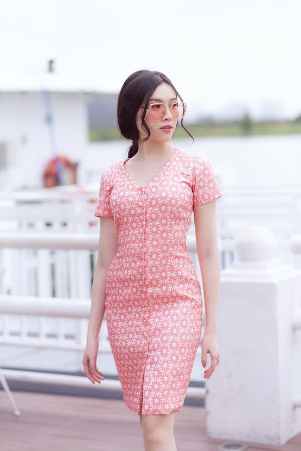 Các mẫu váy cài nút, váy liền thân cũng là sản phẩm lên ngôi ở mùa hè 2019. Dáng váy đơn giản, vừa mang lại nét thanh lịch vừa có khả năng tôn nét gợi cảm một cách ý nhị cho người mặc.
