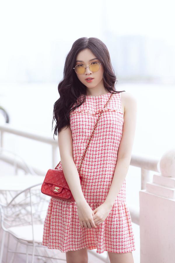 Trong tiết trời nóng bức của Sài Gòn, váy hạ eo cũng là một trong những trang phục giúp phái đẹp giải nhiệt mùa hè.