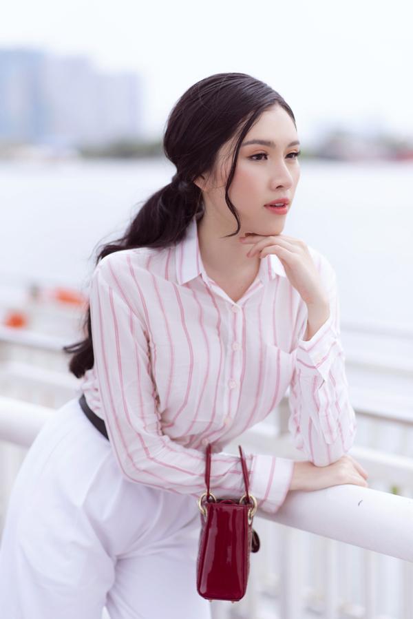 Nếu yêu thích phong cách thanh lịch thì các nàng có thể chọn các kiểu sơ mi, quần suông cắt may trên chất liệu thoáng mát như cotton, cotton lụa, lụa.