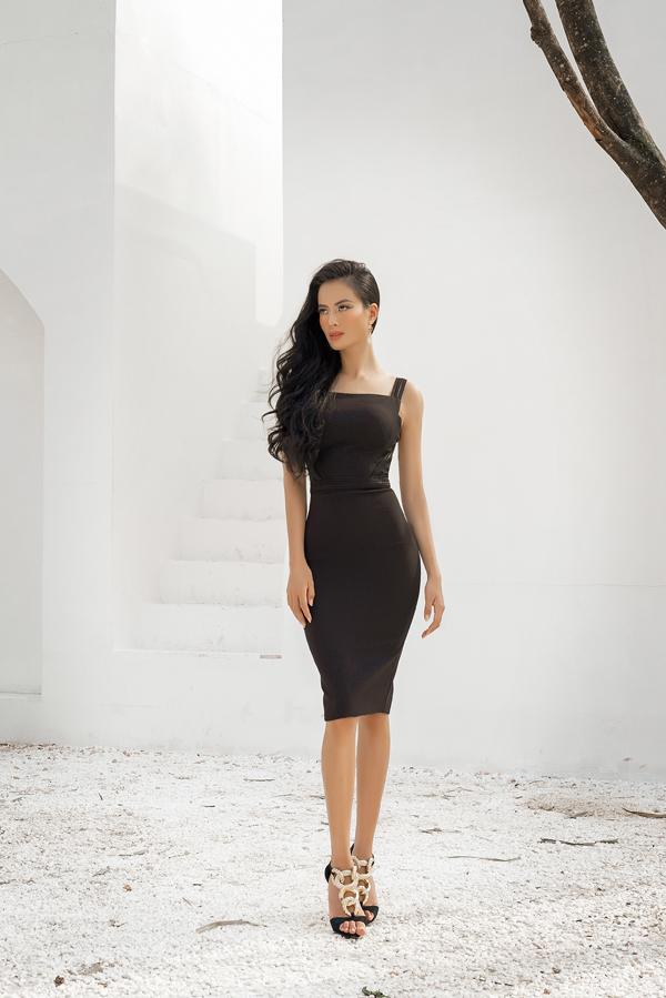 Các bộ trang phục tập trung khai thác vẻ đẹp hình thể, giúp người mặc nổi bật ở những buổi tiệc tùng nhờ áp dụng lối cắt xẻ khéo léo, phom dáng bó sát