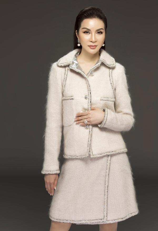 MC Thanh Mai biến hóa đa phong cách phù hợp tuổi 46
