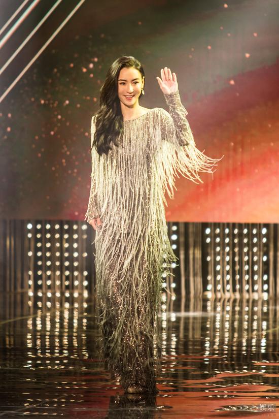 Trương Bá Chi được mời sang Singapore tham dự một lễ trao giải hôm cuối tuần trước. Nữ diễn viên khiến khán giả xứ quốc đảo trầm trồ vì phục sức gợi cảm, phong cách quyến rũ, bất chấp tứ tuần.