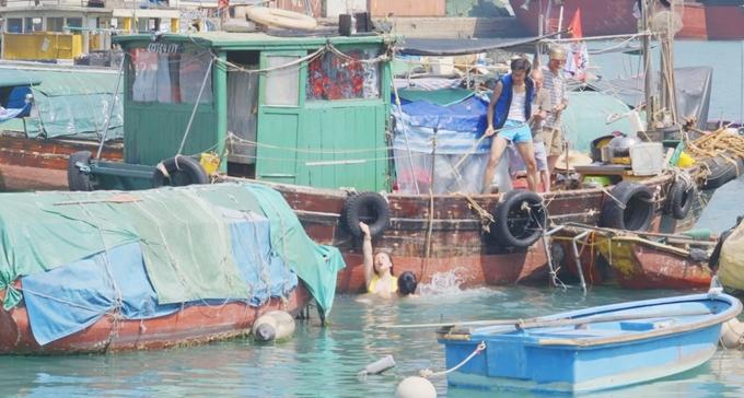 Một cảnh làm tình dưới biển của hai nhân vật.
