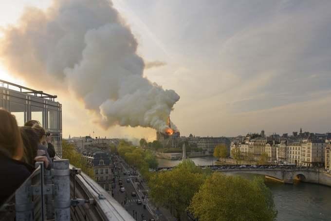 Nhà thờ Đức Bà 'biến mất' trong biển lửa