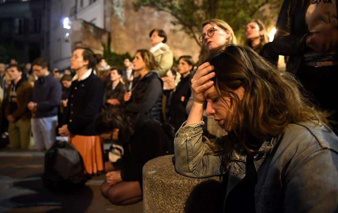 Người dân thất thần khi chứng kiến nhà thờ Đức Bà Paris chìm trong lửa.