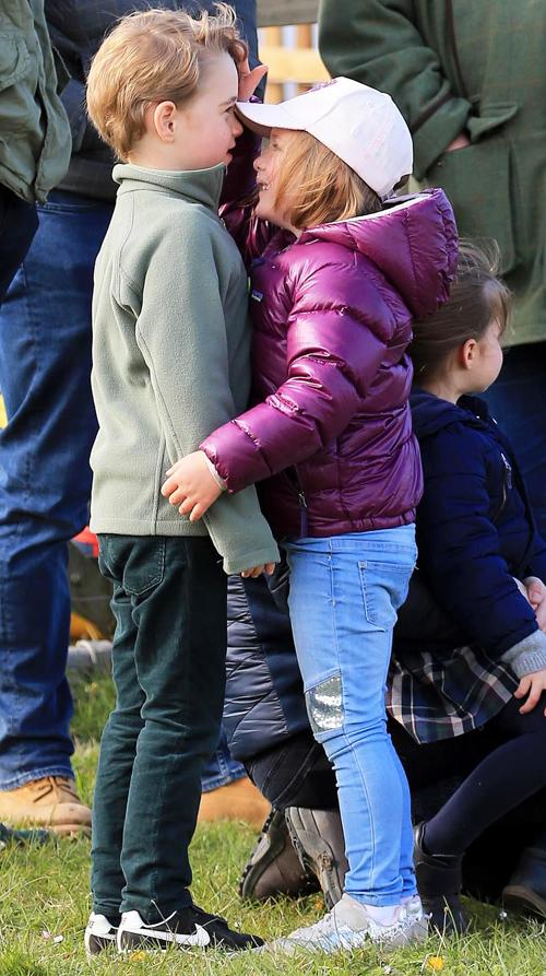 Hôm 12/4, vợ chồng William - Kate dẫn theo hai con lớn là Hoàng tử George (5 tuổi) và Công chúa Charlotte (3 tuổi) tới cuộc đua ngựa quốc tế ở chợ Burhham, hạt Norfolk, để cổ vũ Zara Phillips, con gái Công chúa Anne và cháu gái Nữ hoàng, thi đấu. Chồng của Zara cũng dẫn theo con gái Mia và Lena (9 tháng tuổi)tới hoạt động này. Hoàng tử George dường như có mối quan hệ rất thân thiết với người chị họ cùng tuổi Mia. Cả hai vui vẻ đọchiều cao khi đứng cạnh nhau. Cô bé Mia thậm chí còn ân cần đặt một tay lên trán George.