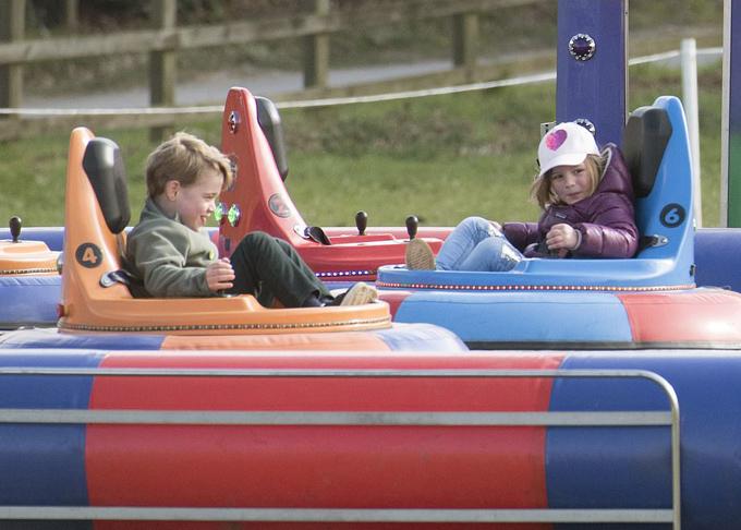 Hoàng tử George thích thú khi điều khiển chiếc xe điện tông vào xe của chị họ Mia Tindall.