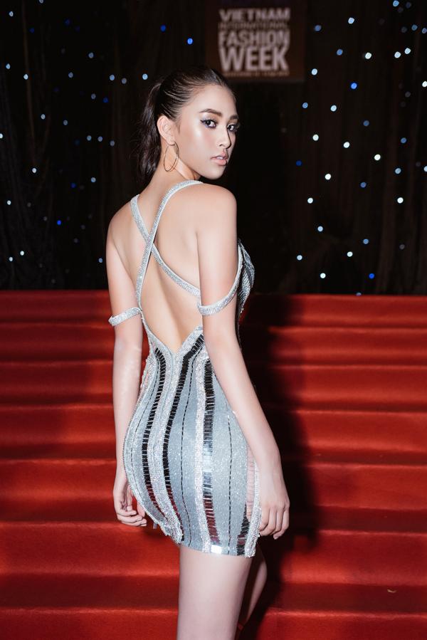 Trong đêm khai mạc Tuần lễ Thời trang Quốc tế Việt Nam 2019, Tiểu Vy là một trong những mỹ nhân khiến thảm đỏ thêm phần thu hút bởi phong cách sexy. Bộ cánh ánh kim với những đường cut-out bắt mắt của Chung Thanh Phonggiúp hoa hậu tôn vóc dáng một cách hiệu quả.