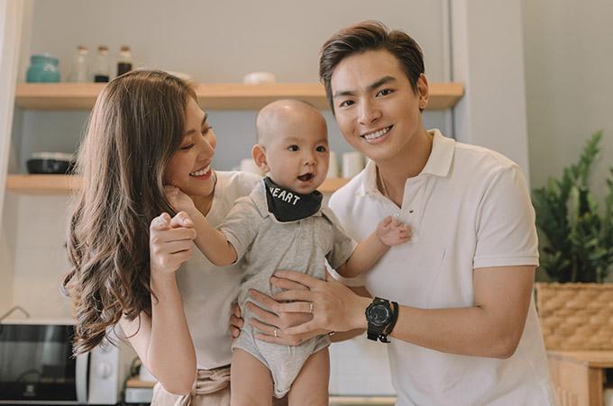 Jay Quân và Chúng Huyền Thanh mới thực hiện bộ ảnh gia đình, ghi lại những khoảnh khắc đầu đời đáng yêu của quý tử Joyce.