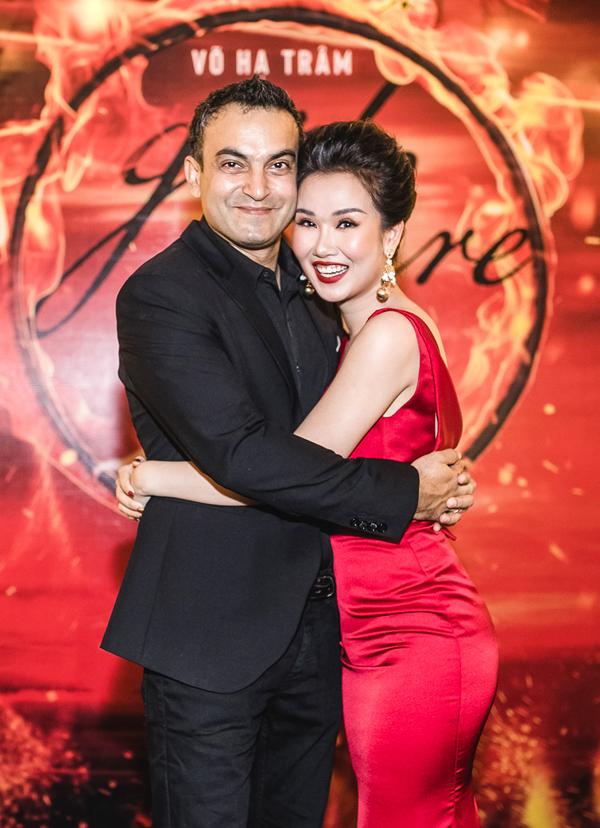 Võ Hạ Trâm hạnh phúc khi được chồng Ấn Độ tháp tùng trong sự kiện ra mắt MV mớiở TP HCM. Cặp đôi đang tận hưởng những ngày tháng mật ngọt, sau đám cưới hồi tháng 1.