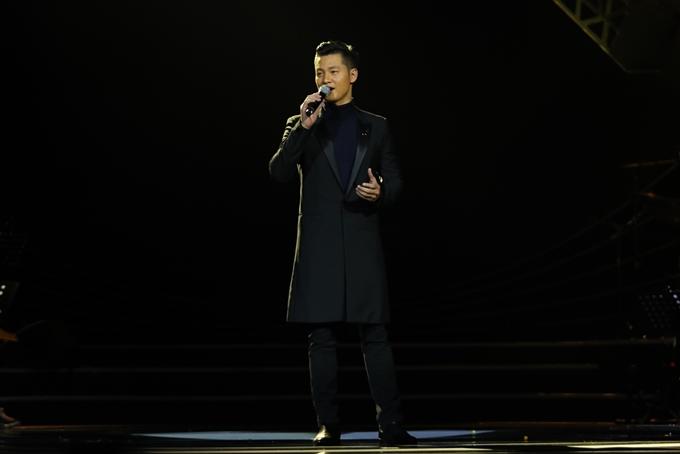 Đức Tuấn hát không nhạc đệm ở đoạn đầu tác phẩm Em ơi Hà Nội phố.