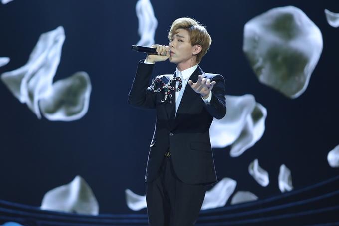 Ca sĩ Erik hát Chạm đáy nỗi đau.
