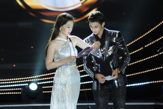Á hậu Phương Nga và bạn trai Bình Anh sánh đôi lên sân khấu trao giải.