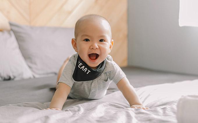 Bé Joyce gần 11 tháng tuổi, rất lanh lợi, cứng cáp. Nhóc tỳ tỏ ra hào hứng, dạn dĩ trước ống kính.
