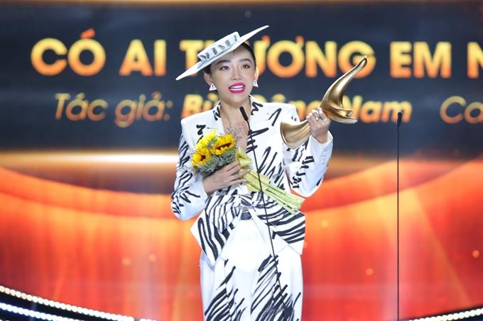 Tóc Tiên sở hữu chiếc cúp Bài hát của năm cho nhạc phẩm Có ai thương anh như em.