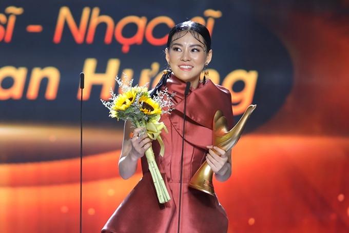 Bùi Lan Hương không tin bản thân được vinh danh ở hạng mục Nghệ sĩ mới của năm.