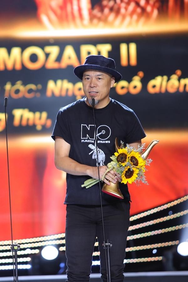 Ca sĩ Mỹ Linh vượt qua nhiều đàn em dẫn đầu hạng mục Album của năm với Chat với Mozart II. Nhạc sĩ Huy Tuấn đại diện Mỹ Linh lên sân khấu nhận giải.