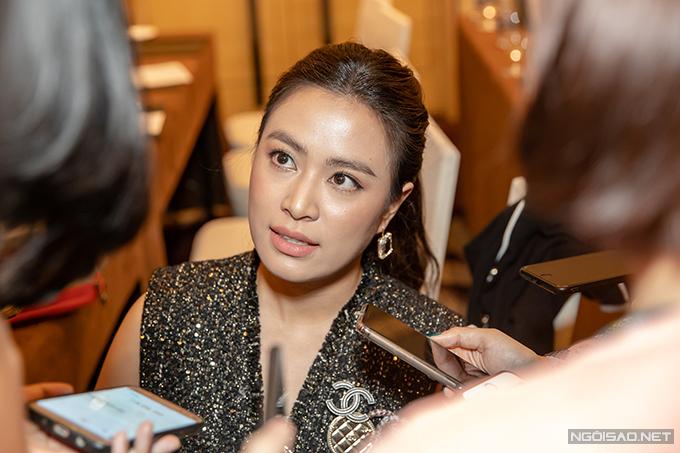 Hoàng Thùy Linh trong vòng vây phóng viên ở bên lề buổi họp báo ra mắt phim Mê cung chiều 16/4. Ảnh: Thành Đạt
