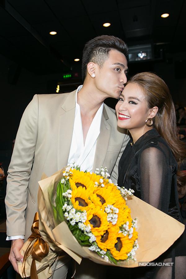 Hoàng Thùy Linh và Vĩnh Thụy tình tứ bên nhau tại buổi ra mắt MV của nữ ca sĩ hồi tháng 6/2016.