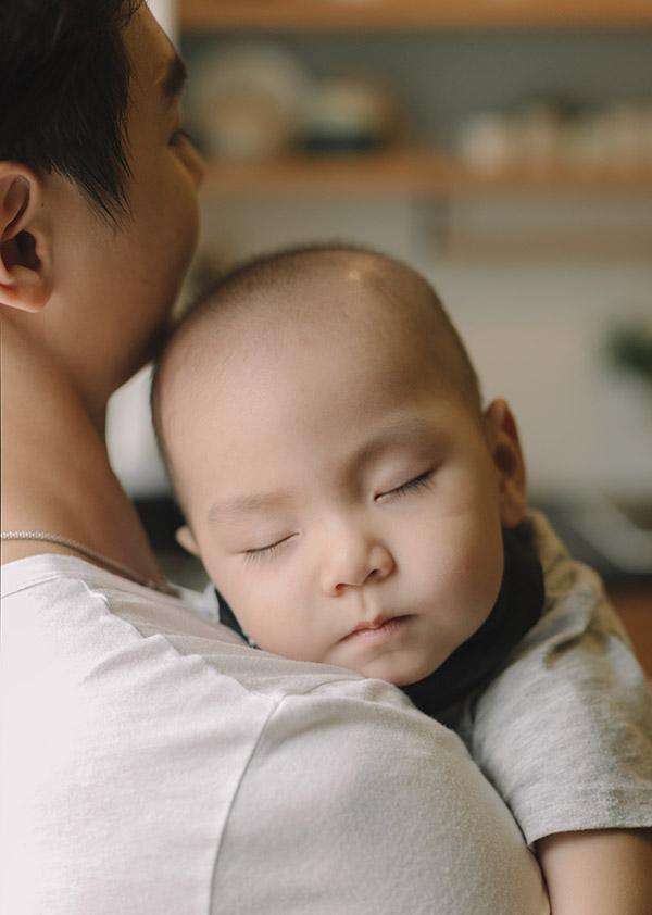 Bé Joyce ngủ ngon trên vai bố trong buổi chụp ảnh.