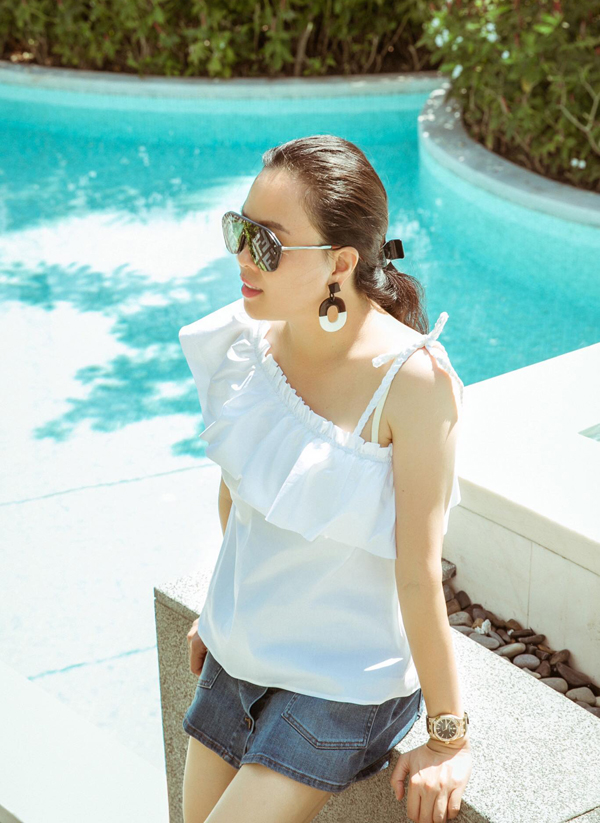 Nữ doanh nhân ăn mặc trẻ trung, năng động khi đi du lịch.