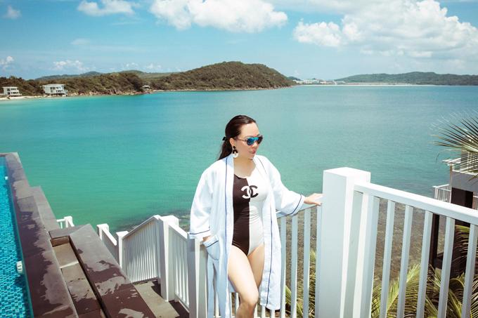 Phượng Chanel lưu trú tại một resort sang trọng trên đảo ngọc. Cô thích dạo chơi, ngắm cảnh biển trong xanh, hưởng gió mát lồng lộngvào mỗi buổi sáng.