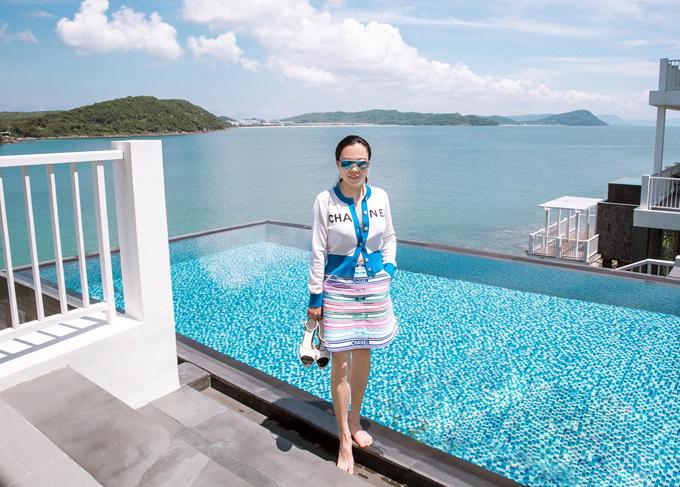 Dù chỉ ở Phú Quốc 3 ngày nhưng nữ doanh nhân mang theo khá nhiều trang phục, phụ kiện để thay đổi.