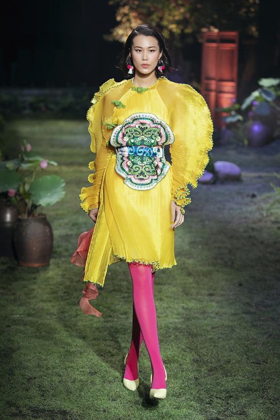 Những sắc màu rực rỡ, phom dáng độc đáo được nhà thiết kế thể hiện lôi cuốn trong từng trang phục và tạo nên tổng thể cuốn hút cho bộ sưu tập Tình tang.
