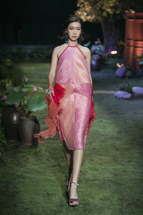 Váy cổ yếm được biến tấu một cách mới lạ để mang tới nét hiện đại cho trang phục truyền thống.